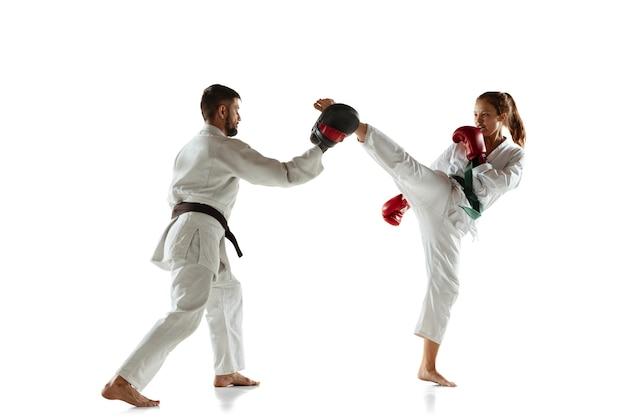 コーチとの白兵戦を練習する着物のジュニア
