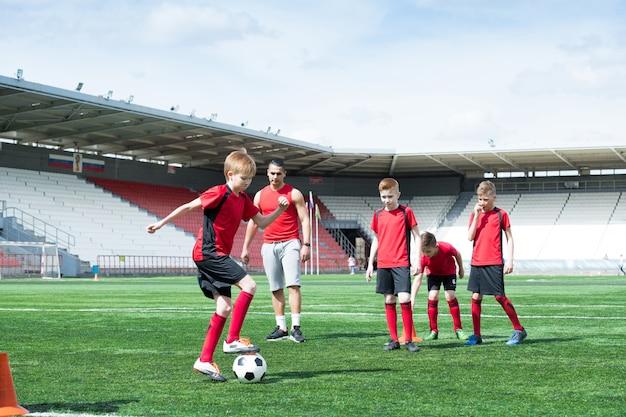 スタジアムで練習するジュニアチーム
