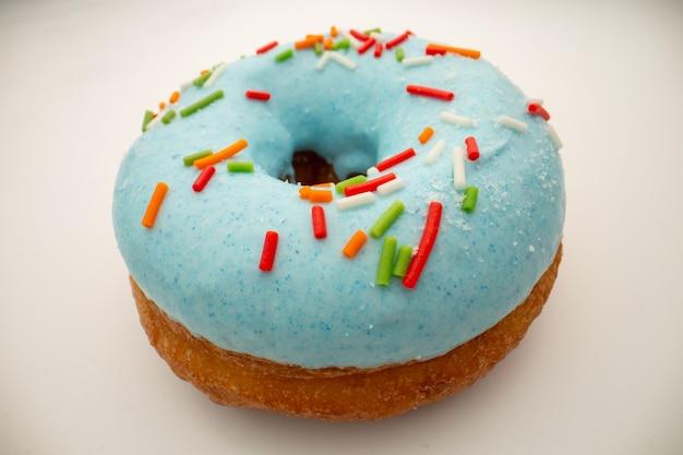 ジャンクフードのコンセプト-青い釉薬をかけた大きなドーナツ。