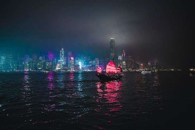 Джанк-лайнер плывет в гавани виктория, гонконг