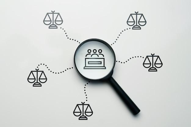 Концепция поиска жюри для суда с абстрактной лупой.