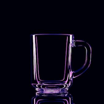 反射のある黒い背景のガラスだけ