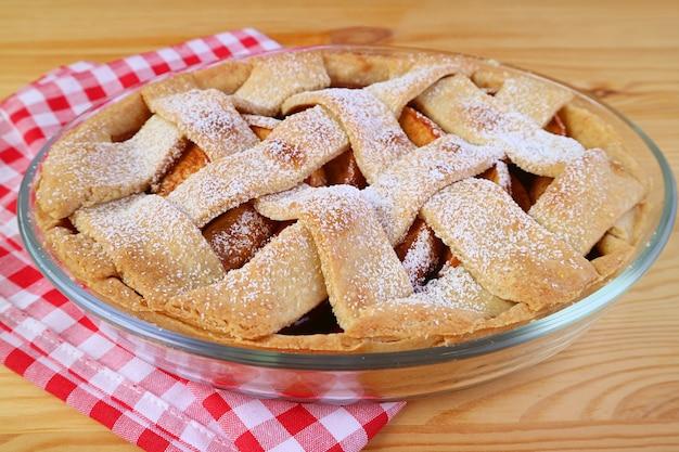 キッチンのテーブルで自家製の美味しくてヘルシーな新鮮なアップルパイを焼きました