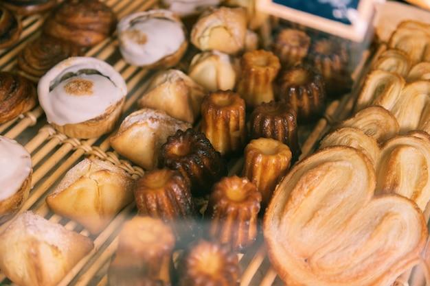 방금 구운. 프랑스 빵집의 창 디스플레이에 서있는 맛있는 방금 구운 제품의 상위 뷰