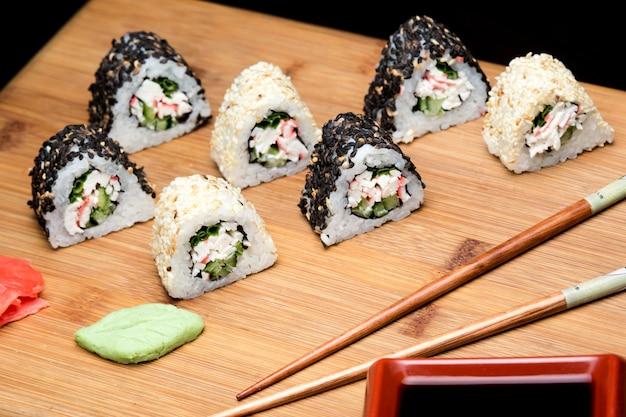カニと黒ゴマで炊いたばかりの寿司