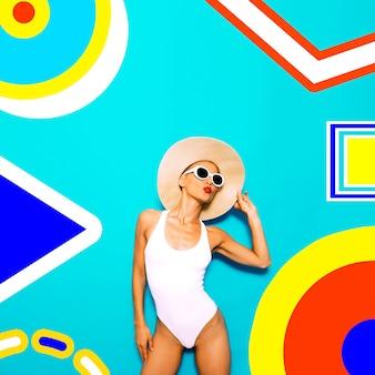 ちょうどこの夏を感じてください。カラフルなビーチガールと幾何学の最小限の雰囲気。ファッション休暇アート