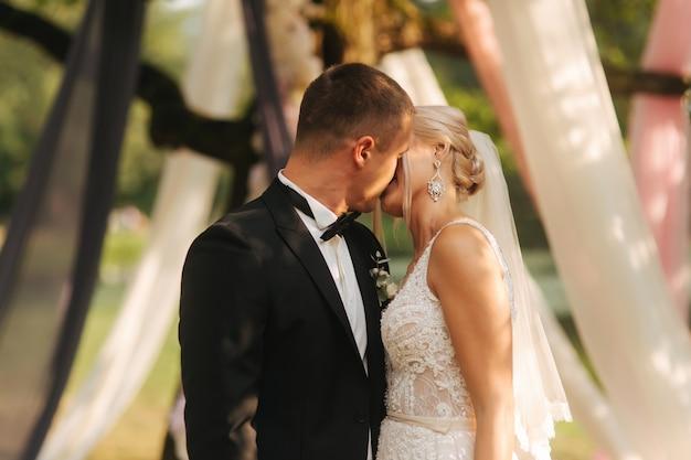 Молодожены празднуют окончание свадебной церемонии