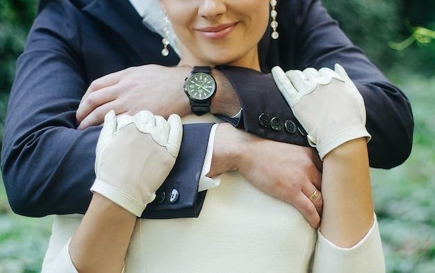 Просто супружеская пара, обнимая