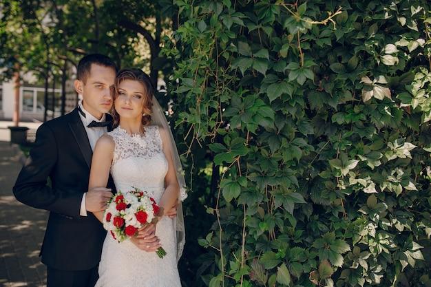 Просто-супружеская пара обниматься на открытом воздухе