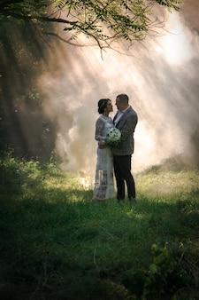 Молодожены в красивом волшебном лесу. свадебная фотосессия
