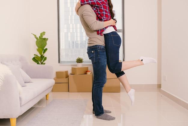 彼らの新しい家で信じられないほどの寒さを感じている若い男性と女性のちょうど結婚したカップル