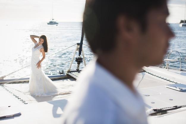 Молодожены на яхте. счастливая невеста и жених