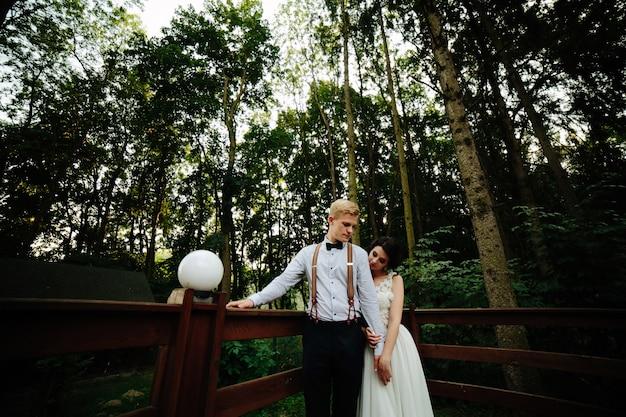 木製の橋でちょうど結婚