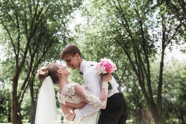 Just married in un momento romantico
