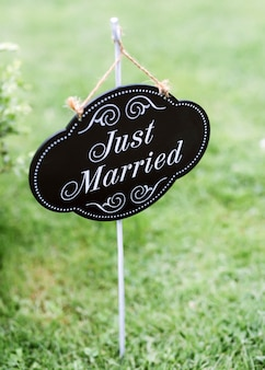 裏庭の緑の芝生に「結婚したばかり」のサイン