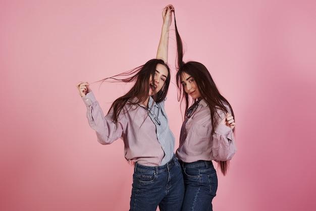 Solo movimenti giocosi ramdom. le giovani donne si divertono. adorabili gemelli