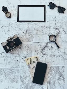 ただ旅行する。サングラス、フォトカメラ、コンパス、虫眼鏡のハイアングルショット、