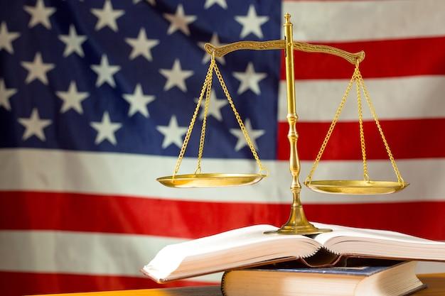 アメリカの国旗とスケールの正義