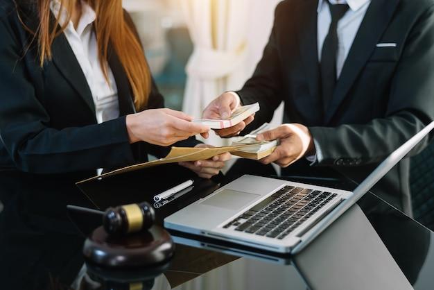 正義と法律の概念。弁護士事務所の封筒に賄賂を渡す。
