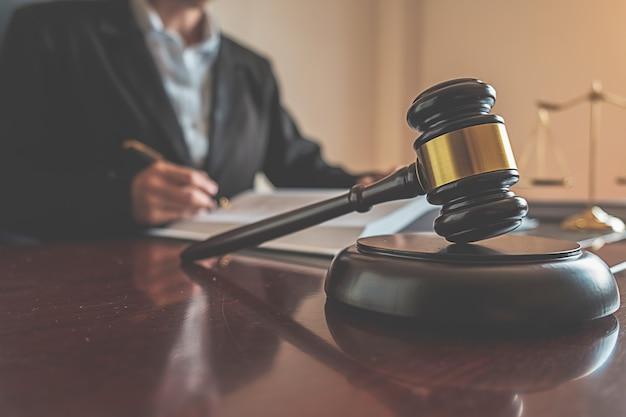 正義と法律。
