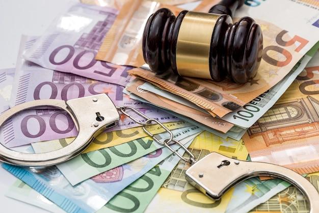正義、賄賂および罰。手錠とガベル付きのユーロ