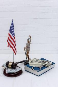 Концепция правосудия соединенных штатов на светлом фоне