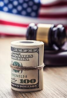 법무부 달러 지폐와 백그라운드에서 미국 국기 법원 망치와 압연 지폐