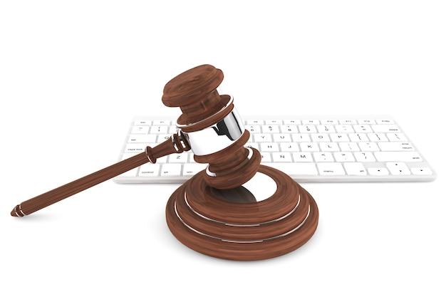Молоток правосудия и клавиатура на белом фоне