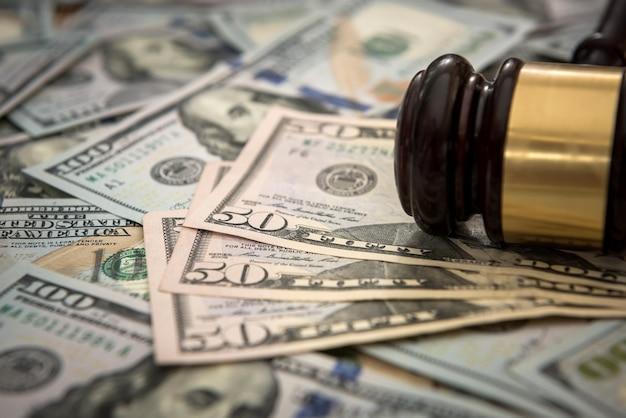 Молоток правосудия на долларовых банкнотах. правовая концепция