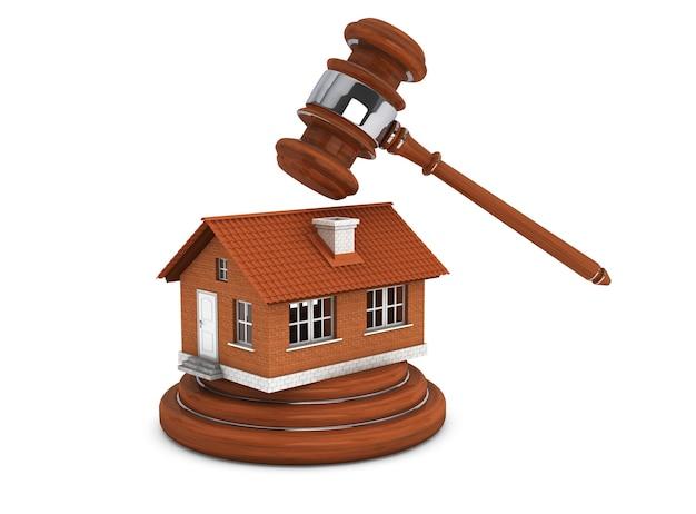 白い背景の上のレンガ造りの家と正義のガベル