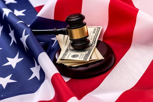 正義はアメリカの国旗と通貨です