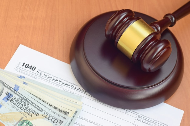 Юстиции маллет и 1040 irs сша индивидуальная декларация о подоходном налоге и сто долларовых купюр