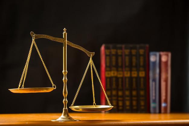 Правосудие масштаба с черным фоном