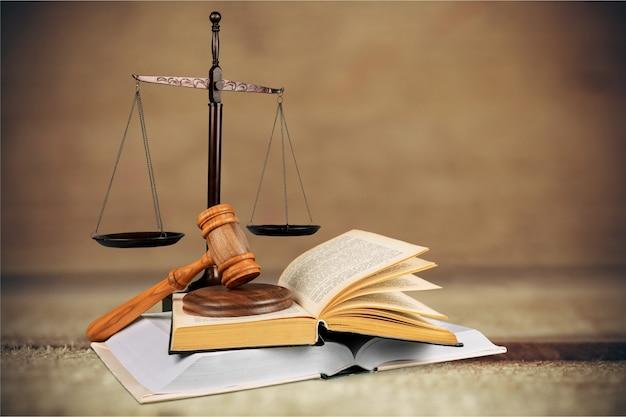 Весы правосудия и книги и деревянный молоток на столе. концепция справедливости