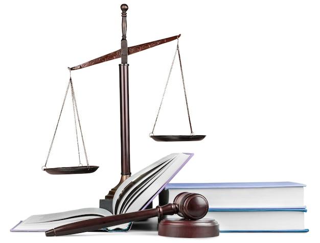 正義のはかりと本とテーブルの上の木製のガベル。正義の概念