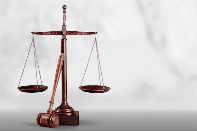 正義のはかりと木製のガベル。正義の概念