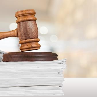 正義のはかりと木製のテーブルの上の木製のガベル