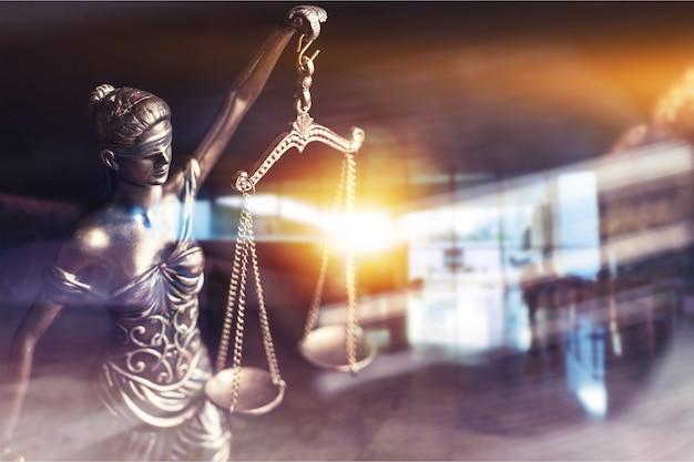 Весы правосудия со светом. концепция справедливости