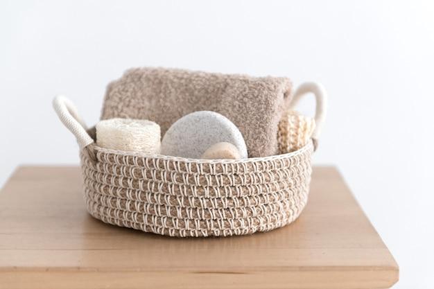 바디 케어 제품이 담긴 황마 바구니-유기농 비누, 스펀지, 수세미 및 수건