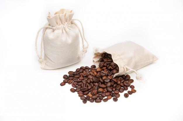 ジュートまたはリネンのバッグにコーヒー豆、ホワイトスペース