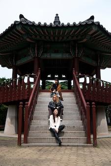 도시 장면에서 k-pop 세련된 사람들