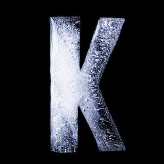 K замерзшая вода в форме алфавита на черном фоне