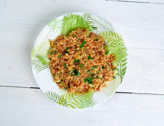 """Kã""""â±sã""""â±r-トルコ料理の伝統的なおかず。主な材料は、細かく挽いたブルガー、パセリ、トマトペーストです。"""