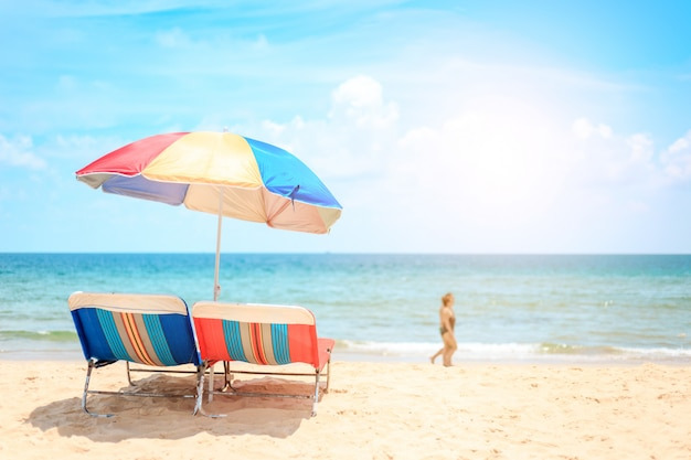 タイプーケットのカロンビーチ。ビーチパラソルと白い砂浜。夏、旅行、休暇、休日の概念。
