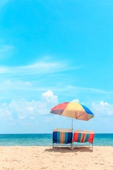 푸 켓, 태국에서 카 론 비치입니다. 비치 파라솔과 하얀 모래 해변입니다.
