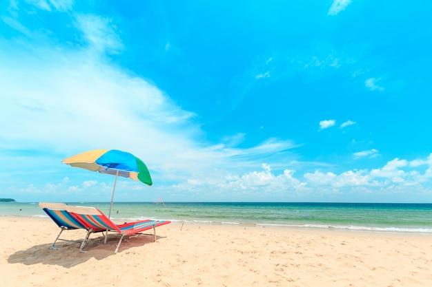 タイプーケットのカロンビーチ。ビーチパラソルと白い砂浜