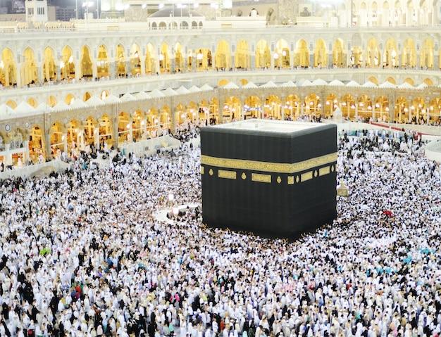 サウジアラビアのマッカでkaabaで祈っている世界中のイスラム教徒