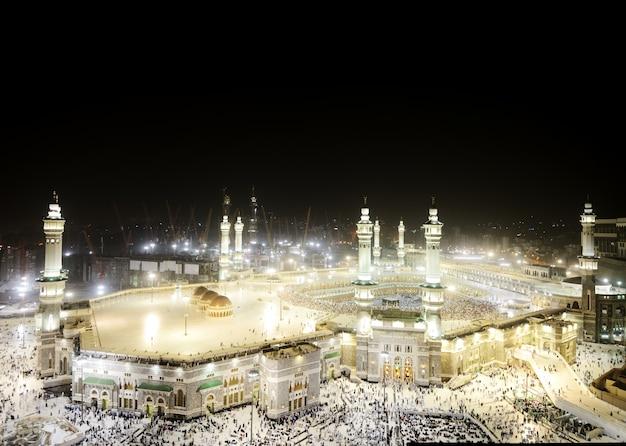 メッカのkaaba、聖地で一緒に祈っているイスラム教徒の人々