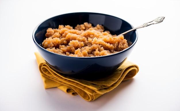 Када-прасад - это пшеничная или атта-халва. это североиндийский десерт на основе муки, который обычно подают в панджаби или сикхской гурдваре каждому посетителю в виде прашада.