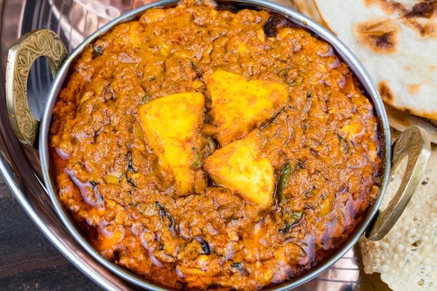Индийская кухня kadai paneer в тали